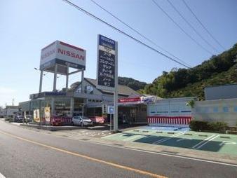 国道沿いのお店です!向いには試乗車コーナーもございます。