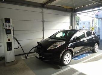 電気自動車用の急速充電器も設置しております。