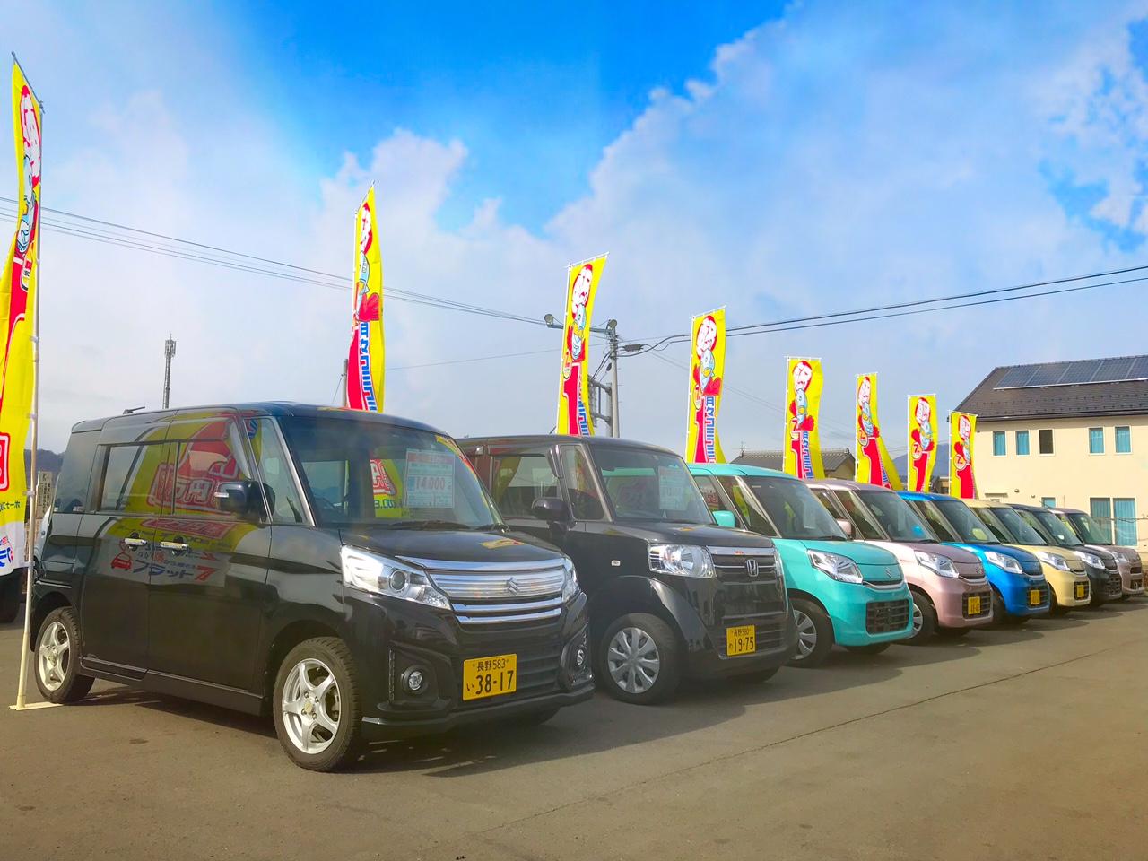展示場内には新車の軽自動車がズドンと80台!新車のエコノリフラット7で月々11,000円から乗れちゃいます♪