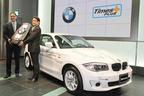 「BMW ActiveE」贈呈式を行うビーエムダブリュー株式会社 ローランド・クルーガー 代表取締役社長と、タイムズ24株式会社 西川 光一 代表取締役社長