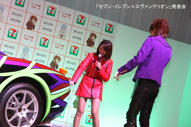 「セブン-イレブン限定 光岡自動車 エヴァンゲリオン オロチ」を見てリアがカッコイイ!と驚くDAIGOさんと加藤夏希さん