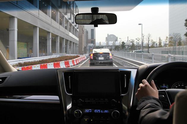 トヨタ 新型アルファードのレーダークルーズコントロールを試乗体験中の様子
