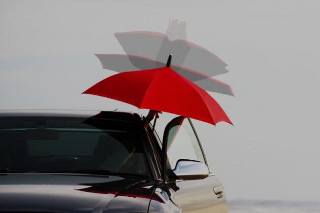 """逆にひらき、逆にとじる傘 """"は雨降りの車の乗り降りに着目し、利便性を追求した傘"""