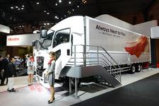 いすゞブースでの目玉は、フルモデルチェンジの大型トラック「GIGA」【TMS2015】