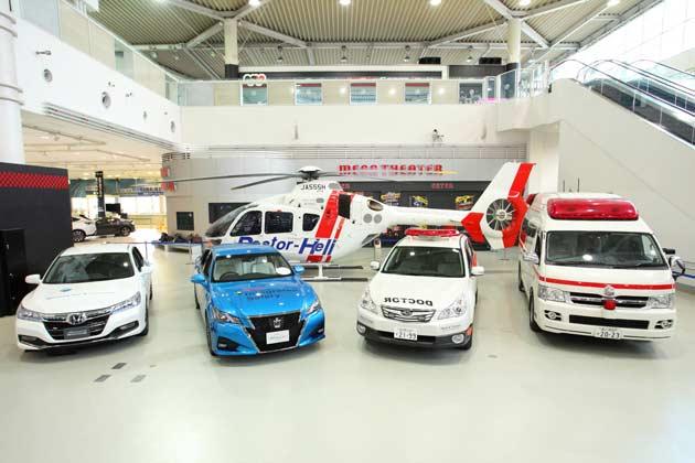 (前列左から)D-Call Netに対応したHondaアコードハイブリッド、トヨタクラウン、ドクターカー、救急車、(後列)ドクターヘリ