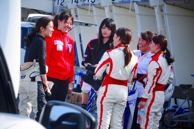 井原プロジェクトリーダーとMWIM女性レーサー