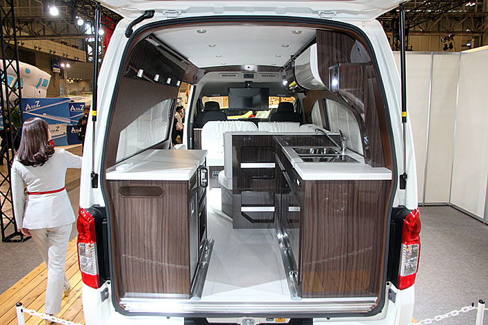 <日産 NV350キャラバン ・リチウムイオンバッテリー搭載グランピングカー/インテリア>