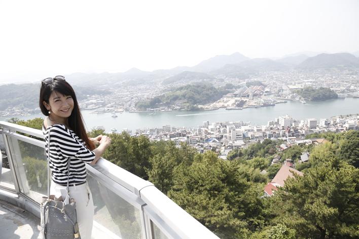 """世界的な旅行口コミサイトで""""行って良かった""""日本の展望スポット第5位に選ばれた千光寺公園から観る尾道の素晴らしい眺めと共に。"""