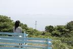 お店の外には、海に向かい青いベンチが並んでいる。<食堂 みつばち(愛媛県今治市吉海町)>