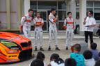 本物のレーシングカーに興味津々!レーシングチーム「ARTA Project」が小学校訪問を実施