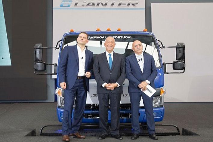 左:MFTBC代表取締役社長・CEO、マーク・リストセーヤ氏/ 中央:ポルトガル共和国大統領、マルセロ・レベロ・デ・ソウザ氏/右:三菱ふそうトラック・ヨーロッパ社長、ジョージ・ローザ氏