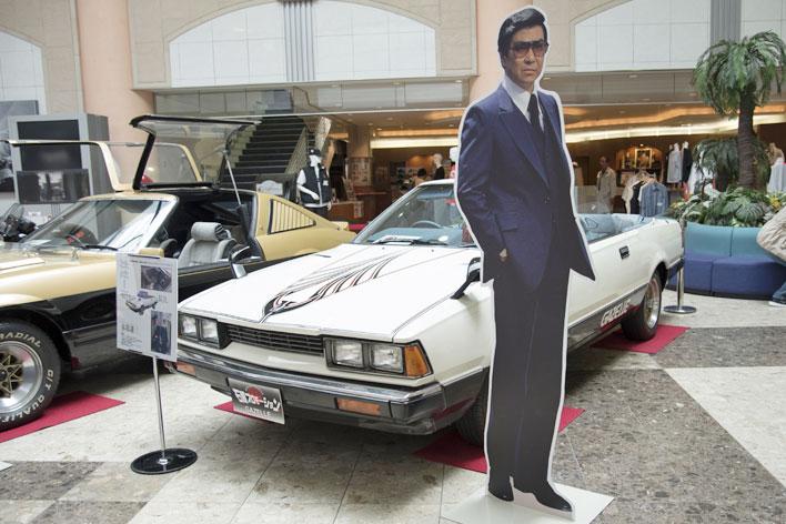 """小樽・石原裕次郎記念館では、エントランス部に西部警察の登場車両が展示され来場者を出迎えてくれる。<[西部警察 特別機動車両 Vol.3]""""ガゼール オープン""""徹底解析>"""