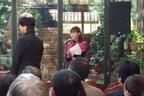 発表会の司会を努める塩村さん