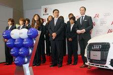 勢揃いしたサッカー日本女子代表「なでしこジャパン」と佐々木監督、アウディジャパンのエグゼクティブダイレクター、アダム パスタナック氏(右)