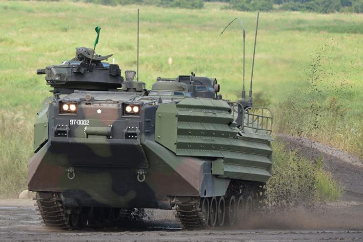 防衛省提供 AAV水陸両用車01