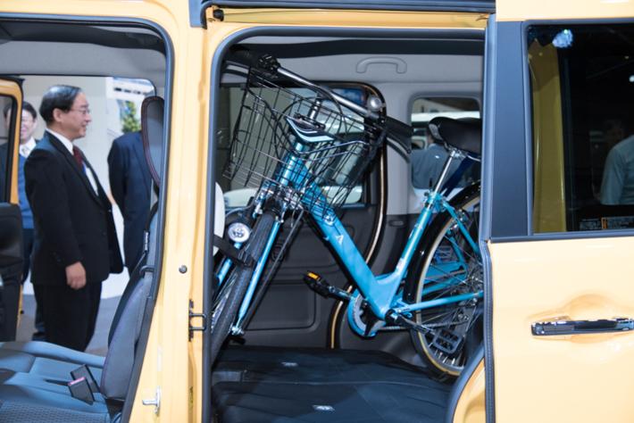 自転車も縦に積み込めるほどの広さを持つ
