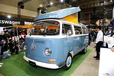 """""""ワーゲンバス""""と50年代風ビートルがむしろ新鮮!?VWの今を一望できるブースに興味津々"""