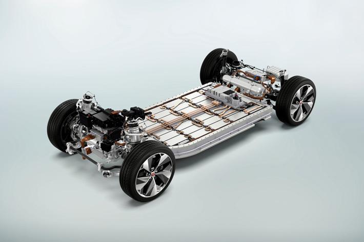 フロア下に敷き詰められたリチウムイオンバッテリーは90kWhという容量をもつ。モーターは前後に1基ずつ搭載される
