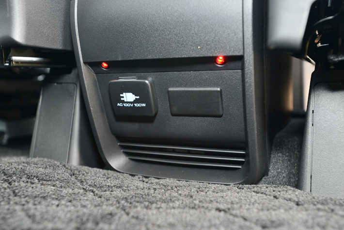 運転席と助手席の間のセンターコンソール裏側にAC電源を設置している。スマホやゲーム機器の充電が行えるのだ