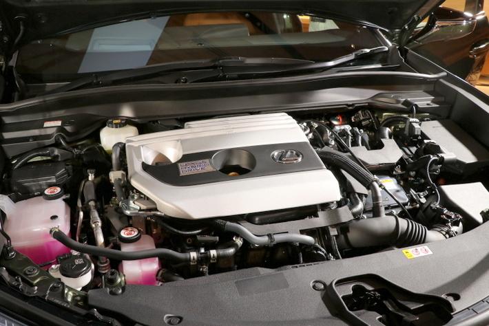 2リッター直4のガソリンエンジンとハイブリッドモデルを用意