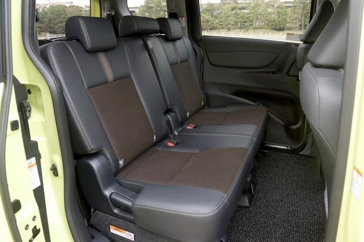 ヘッドレストは3つ備えられている。だがシート自体は5:5分割のため、真ん中の座席の乗り心地に不満をもつオーナーも多いのだ