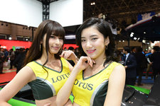 美女×ロングブーツ×ミニスカートの最強コンボに釘付け!ロータス ブース【東京オートサロン2019】