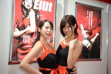 華やかなドレス姿の美人コンパニオンが、会場を熱く盛り上げる!【東京オートサロン2019】