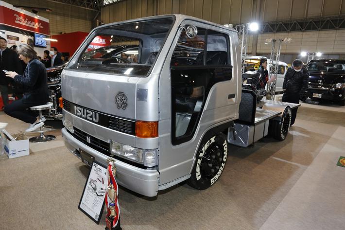 シボレー用V8エンジンを搭載するいすゞ エルフのカスタムカー(4代目・1990年式)[福島県理工専門学校]