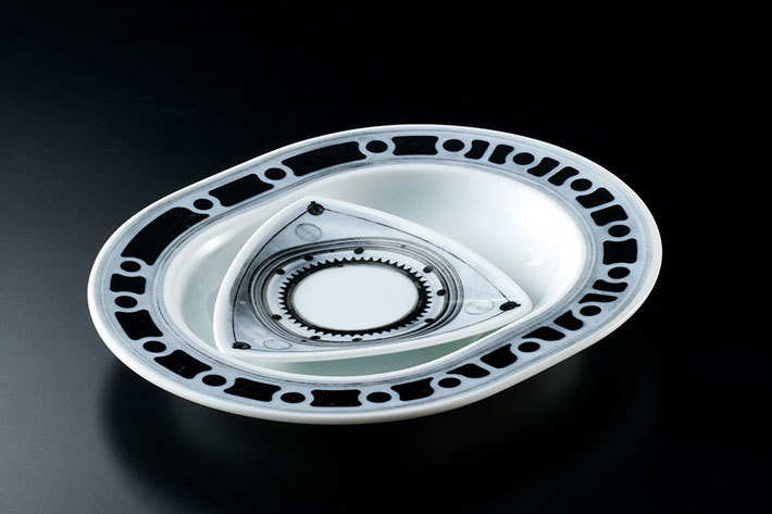 ロータリーエンジンの皿に巨大タペストリーも|ヴィレヴァン×名車で狂気のグッズが登場