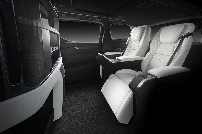 レクサスのフラッグシップミニバン「LM」/4人乗りの贅沢な空間・運転席との間にはパーテーションが設置されている[中国・上海国際モーターショー2019/撮影:レクサスインターナショナル]