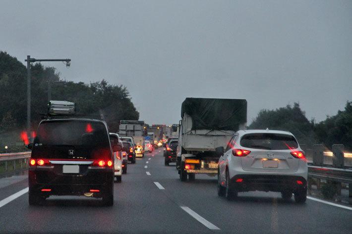 雨天での渋滞は通常時よりも視界が悪く、危険度が高まる