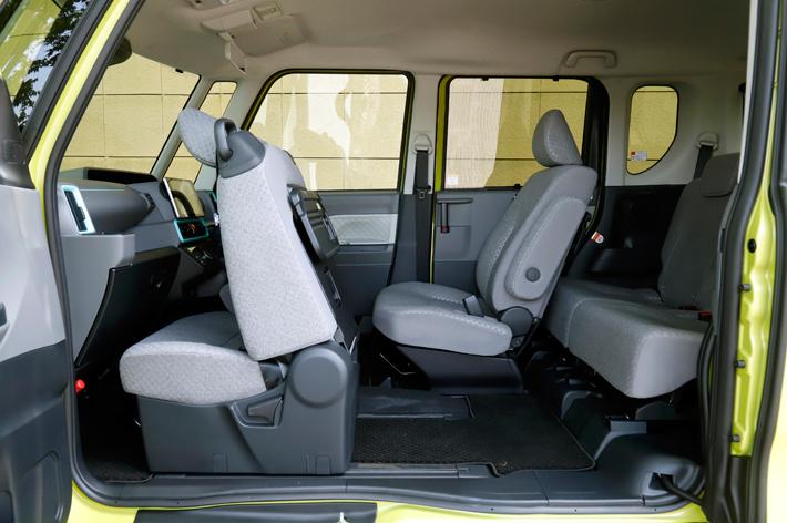 ダイハツ タントには、ライバル車にないセンターピラーレスの大開口「ミラクルオープンドア」と前席のロングスライド機構による、実用性の高いミラクルウォークスルーパッケージを特徴とする