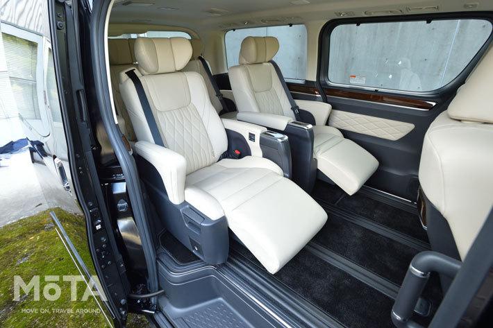 余裕の空間を生かし、たっぷりしたサイズのキャプテンシートが与えられた2列目シート