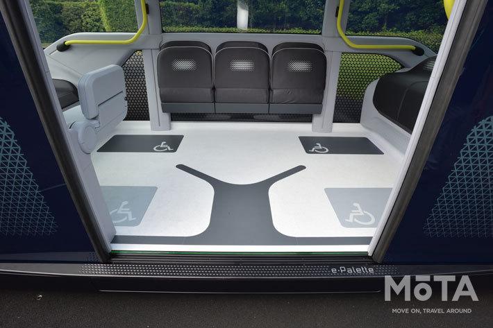 床のサインは、無意識のうちに奥からの乗車を促すデザインが施されている