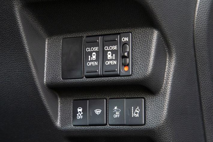 ハイブリッドGには両側電動スライドドアが標準装備となっており、車内からは運転席右側にスイッチで操作する, 温度を2段階で調整できるシートヒーターは絶対に選びたいオプションのひとつだ