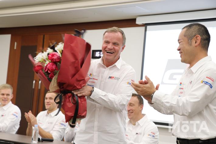 満面の笑みで花束を受け取るトミ・マキネンチーム代表