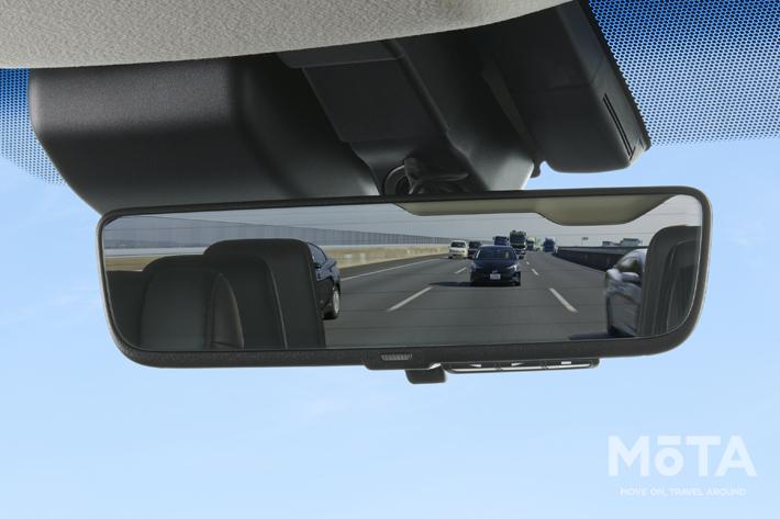 デジタルモードでは車両後方のカメラ映像が表示される,通常の鏡面モードでは後席などが映っている(画像はグランエースの装着イメージ)