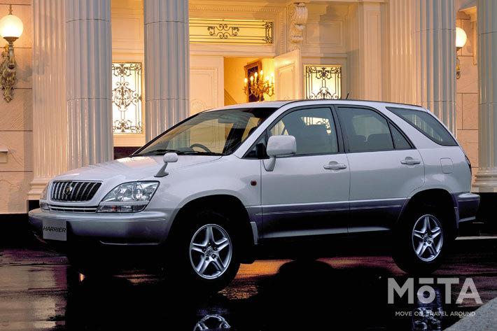 1997年に登場した初代「ハリアー」は北米などでは高級ブランドモデル「レクサス RX」として売られた