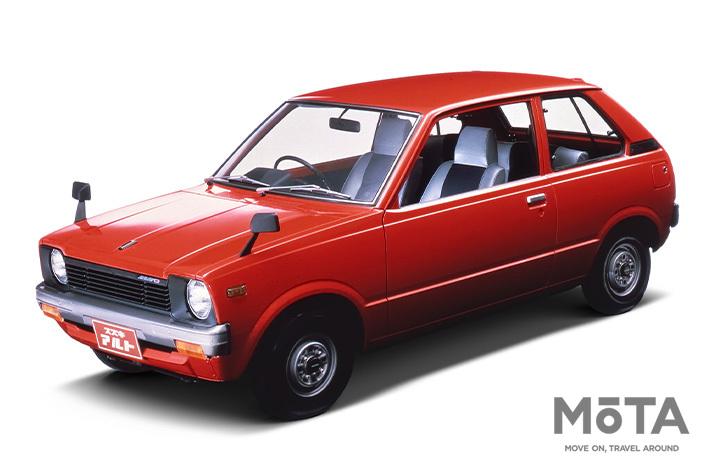 初代アルトは当時地域ごとに異なっていた車両価格をやめ、全国一律プライスに。そして当時乗用車に課せられていた物品税をクリアすべく、あえて商用車とするなど、さまざまな工夫がなされた歴史的なモデルだ