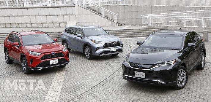 左から「トヨタ RAV4 PHV」「ハイランダー」(北米専用車)、そして「ハリアー」。この3台、実はプラットフォームなどを共有化する兄弟車なのであるが、見事にキャラクターの異なるモデルに造り分けられていることがわかる