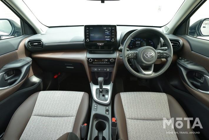 C-HRは、外装と同じく内装も個性的なデザインを採用しており、操作パネルやコンソールなどが運転席に向いて配置されています。, ヤリスクロスは水平基調かつナビに下側にスイッチ類を集中させた配置となっており、かなり落ち着いたデザインです。