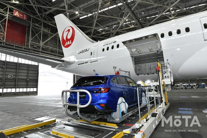 新型レヴォーグを用いた、日本航空(JAL)ボーイング787型機による車両輸送のデモンストレーション