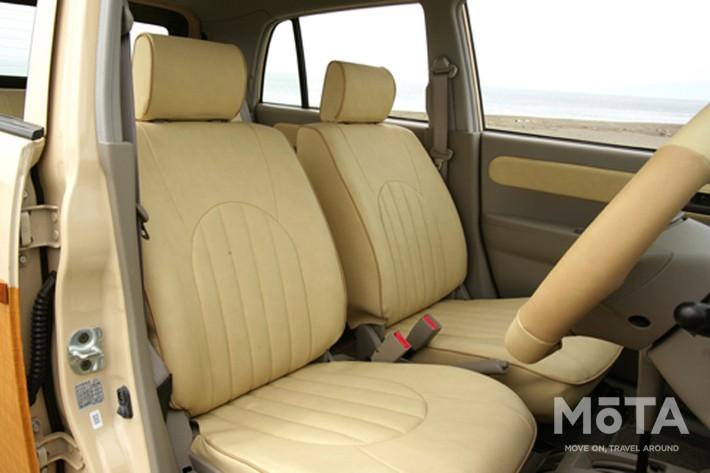 リアゲートカバー、リアバンパー&ガード、テールレンズカバーを装着, シートカバー、ドア内張、ハンドルカバーを取り付け