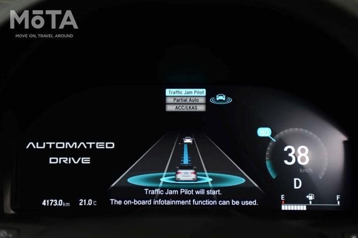 写真は2017年のホンダ自動運転テスト車両のメーター表示