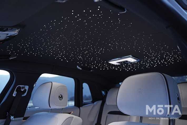近年のロールス・ロイス車で定番装備となった「スターライト・ヘッドライナー」は850個以上の小さな星が散りばめられている