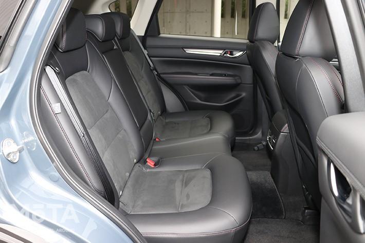CX-5は2人以上の子育てファミリーには車外に出てからお世話しなければならないため不便