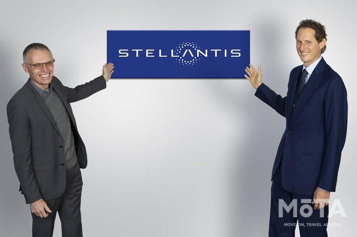左がカルロス・タバレス CEO、右はフィアット創業者一族のジョン・エルカン 会長