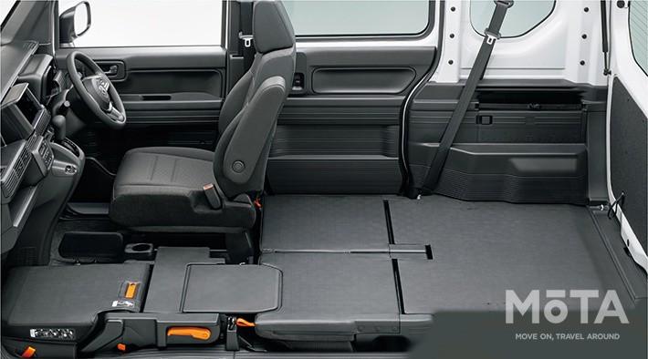 ホンダ N-VANは、このように助手席と後席シートをフラットにたたみ、床へすっぽり収納できるのだ