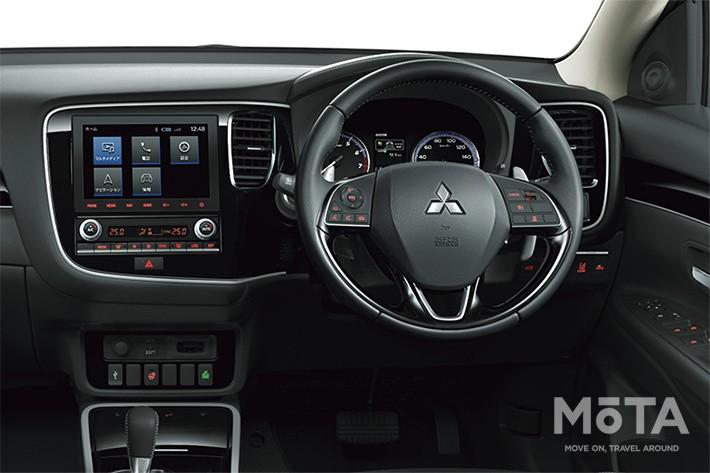 同価格帯のライバル車と比べると、硬めの素材を多用しており、決して高級な内装とは言えない仕上がりとなっている