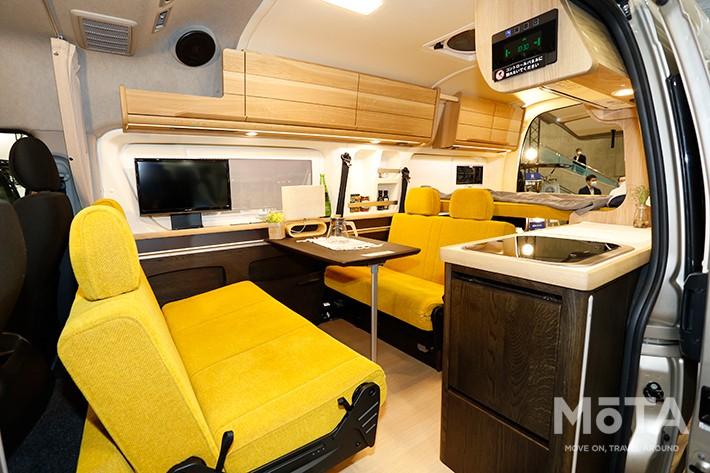 写真のハイエースなどの国産車以外にも輸入車のバンなどを用いる場合もある, シートアレンジによってベッドとリビングスペースを兼用するケースが多い
